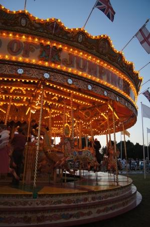 西のサセックス、イギリス。2012 年 9 月 15 日; グッドウッド ・ リバイバル ・ フェスティバルで伝統的な遊園地で夜に馬をジャンプで 2012 年 9 月: