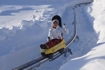 luge: Francia, Montgenevre. Gennaio 2013. Ragazza sul giro in slittino in montagne di sci francese sciistica di Montgenevre Editoriali