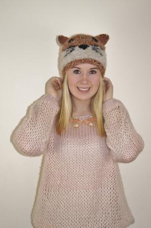 女の子を着ての楽しいフォックス顔帽子 写真素材