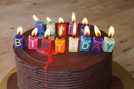 幸せな誕生日の蝋燭とチョコレート ケーキ 写真素材