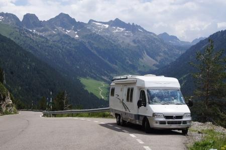 キャンピングカーにバカンス山の範囲を運転