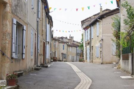 Lavardens、フランスの伝統的なテラスを家します。 写真素材