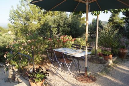 テーブルと椅子のガーデン テラスでお食事のセット 写真素材