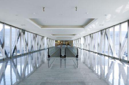 parete di vetro moderno passaggio con scala in movimento