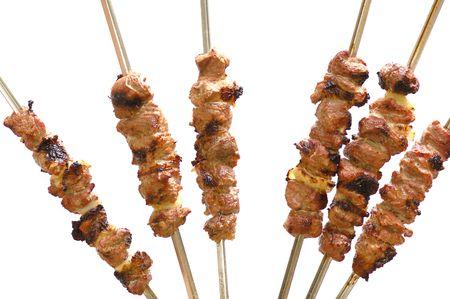 torrefatto shish kebab a spiedini isolato su bianco