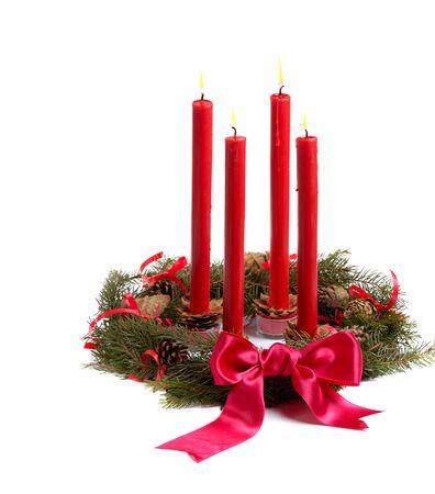 corona de adviento: Guirnalda de Navidad con las velas rojas y los conos del pino aislados en blanco