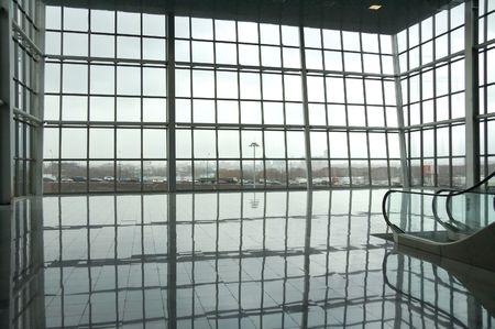 vista attraverso grandi finestre della sala di vetro sulla scena urbana Archivio Fotografico
