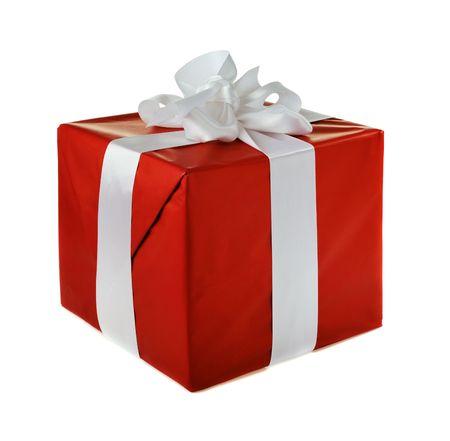 gifts: Kerst cadeau rood met witte satijnen strikje geïsoleerd op witte achtergrond