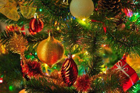 decorado Navidad abeto con luces coloridas close up Foto de archivo