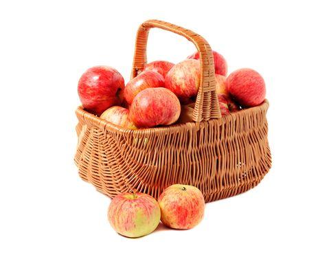 mele nel paniere ritorto isolato su sfondo bianco  Archivio Fotografico