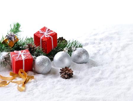 Regali di Natale rosso e palle sulla neve