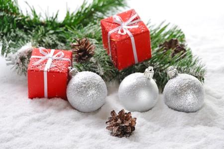 Red Weihnachtsgeschenke und Bälle auf Schnee