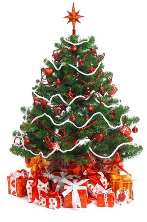 Albero di Natale con un mucchio di confezioni regalo rosso decorato con nastro di raso isolato su sfondo bianco Archivio Fotografico