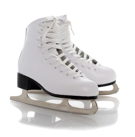 patinaje sobre hielo: patines de figura blanca aislados sobre fondo blanco Foto de archivo