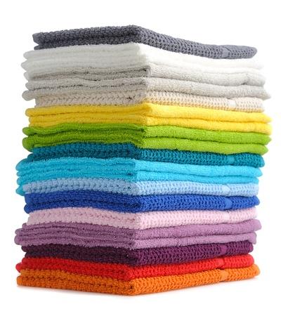 tissu blanc: pile de serviettes color�es isol� sur fond blanc Banque d'images