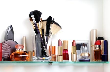화장품: 화장품과 세면 용품 흰색 욕실 선반 스톡 사진