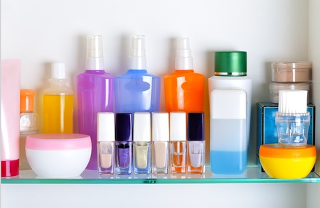 art�culos de perfumer�a: plataforma de ba�o blanco con cosm�ticos y art�culos de tocador