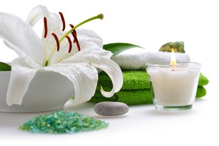 bougie: spa avec lys blanc sur fond blanc Banque d'images