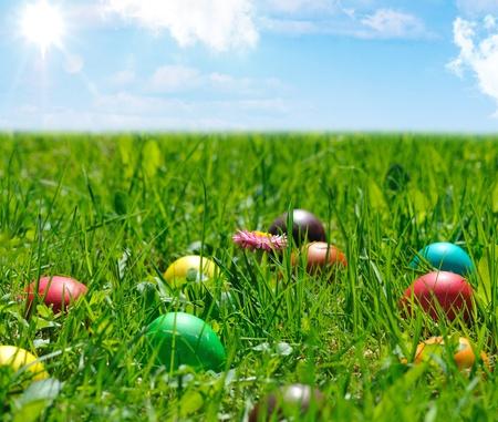 kleurrijke paaseieren in het groene gras Stockfoto
