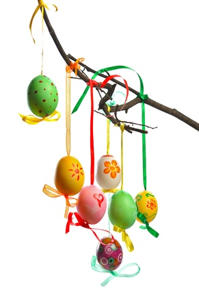 arbol de pascua: coloridos huevos de Pascua colgando de la rama aisladas sobre fondo blanco