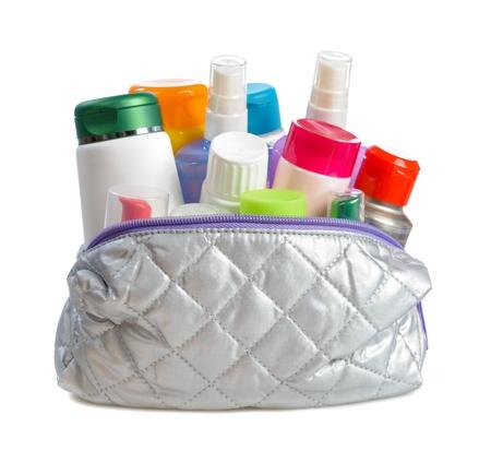 productos de aseo: bolsa con cosméticos del cuerpo en el fondo blanco