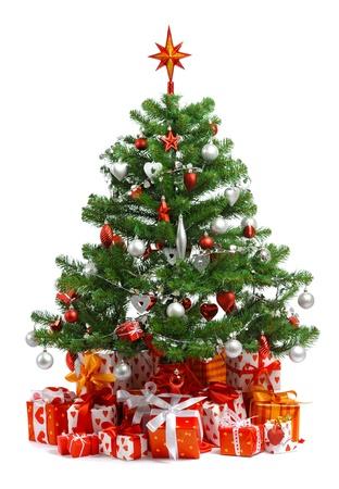Albero di Natale con mucchio di confezioni regalo rosso decorato con nastro di raso isolato su sfondo bianco