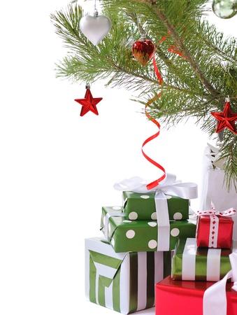 ornated: mucchio di scatole regalo decorata con fiocco di raso sotto albero di Natale decorato