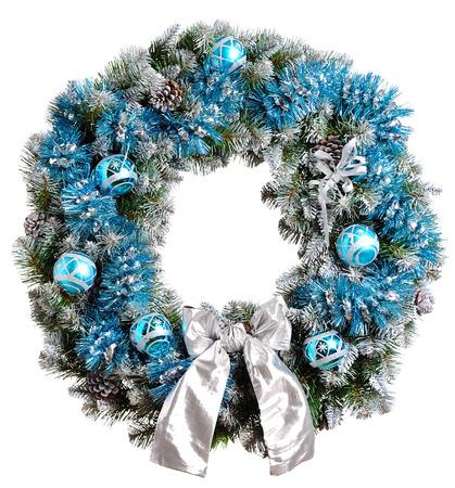 coronas navidenas: Corona de Navidad aisladas sobre fondo blanco