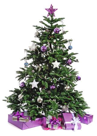 versierde kerstboom met geschenken op wit Stockfoto