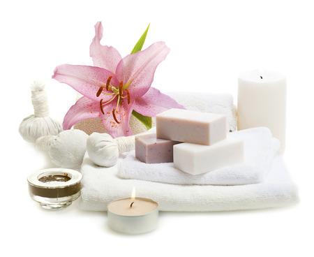 lirio blanco: barras de jabón a base de hierbas spa con toallas blancas, velas y flores Foto de archivo