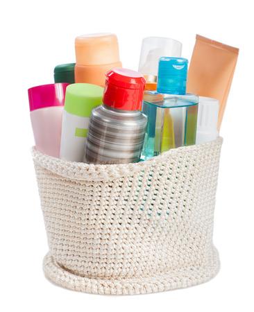 productos de aseo: set de artículos de aseo en la cesta aislada en el fondo blanco