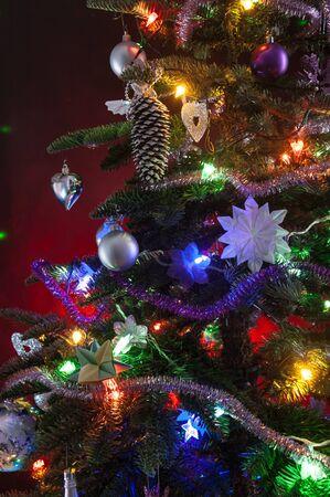 arbre de noël décoré avec des lumières sur fond rouge Banque d'images