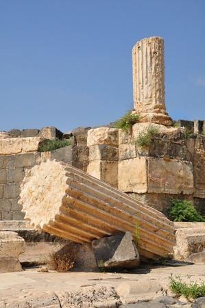 Broken antique columns -ruined city of Beit-Shean. Israel.  Imagens