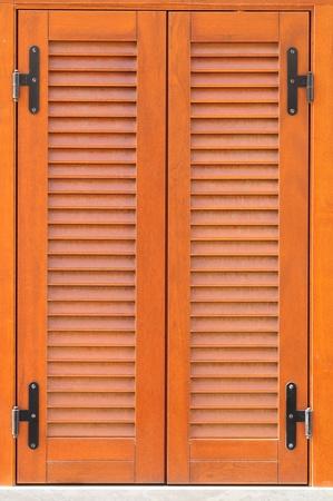 serrande: Finestra di una casa con le persiane chiuse