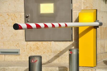 schlagbaum: Hubtor an der Einfahrt zum Parkplatz Lizenzfreie Bilder