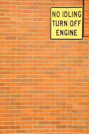 Uithangbord verbiedt automotoren die werken om de lucht schoon te houden.