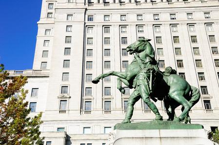 boer: Boer monumento a los ca�dos y Sun Life Building. Montreal. Canad�.