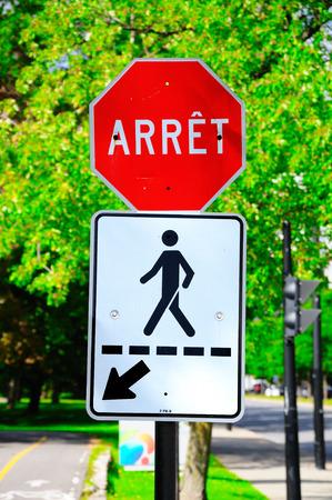Stop verkeersbord in het Frans. Montreal. Canada.