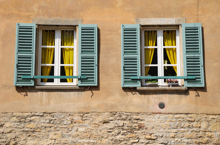 ventanas abiertas: Abra las ventanas de casa vieja italiana en Verona. Foto de archivo