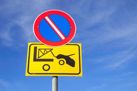 evacuacion: Ninguna señal de tráfico de estacionamiento y señal de advertencia acerca de la evacuación.