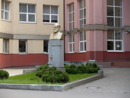 physiologist: Kaliningrad  A monument to the academician of Nominative Pavlova about a building of Regional hospital