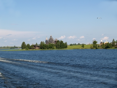 onega: Karelia. Architectural complex of the Kizhsky country churchyard, view from Lake Onega Stock Photo