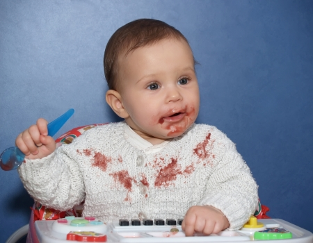 eat smeared: The little girl bedaubed with food