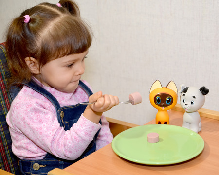 The little girl plays food time photo