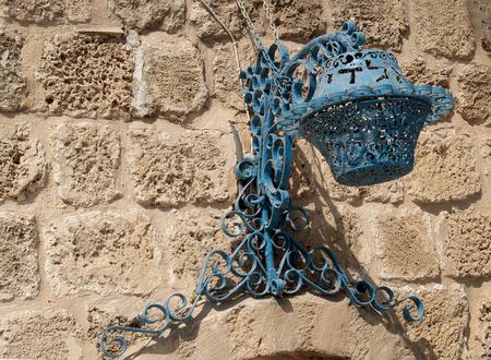 yaffo: L�mpara decorativa en una pared de piedra de Israel, Yaffo