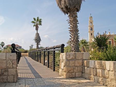 yaffo: Puente de los deseos y de la vista de la iglesia cat�lica Yaffo, Israel