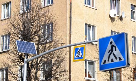 cape mode: System der Pulsanzeige auf der Grundlage der Ampel auf der Solar Solar Traffic Light Batterie und ein Stra�enschild Crosswalk Lizenzfreie Bilder
