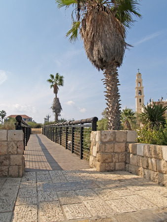 yaffo: Puente de los deseos y de vista de la iglesia cat�lica. Yaffo, Israel Foto de archivo