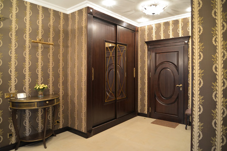 classics: Hall in brown tones, modern classics
