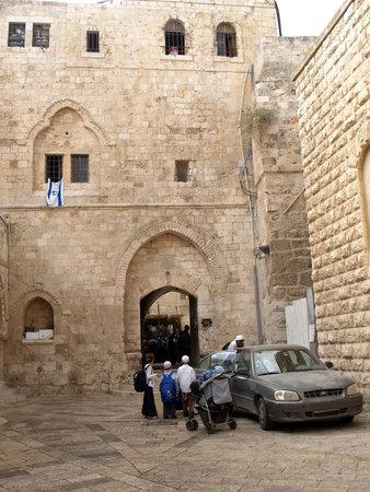 siervo: Israel, Jerusal�n. La gente en un patio de la vieja ciudad en el monte de Si�n Editorial